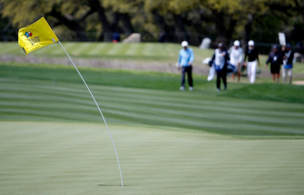golfing-in-wind